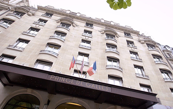 Eingang des Hotels Prince de Galles in Paris