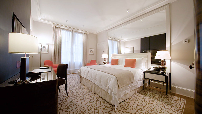 The first class hotel Prince de Galles offers luxury rooms and suites.