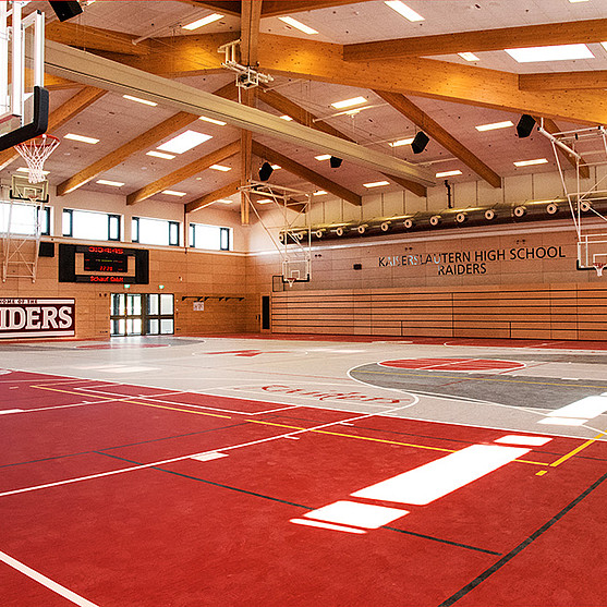 "In der Sporthalle der High-School Kaiserslautern-Vogelweh trainiert das High-School-Team ""Raiders""."